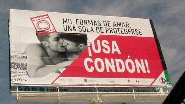 Retiran espectaculares de parejas gay en Aguascalientes que promovían el uso de condón.