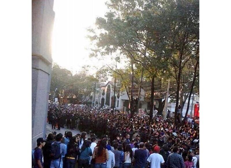 Se desplegó un operativo de seguridad en los alrededores de Polanco debido al revuelo que las fans del cantante han causado desde ayer en las afueras del hotel W.