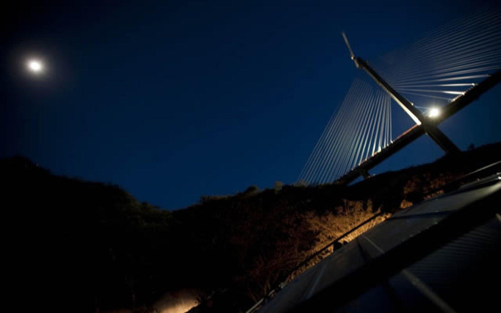 El puente cuenta con una longitud total de 1,124 metros, y un largo central de 50 metros.