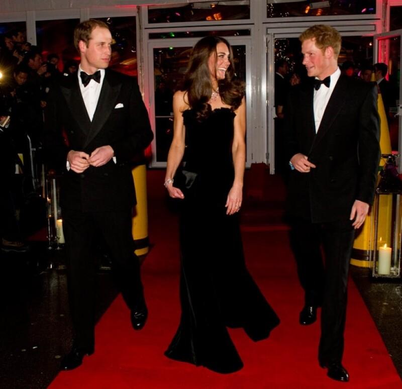 La Duquesa de Cambridge asistió a la gala del Sun Military Awards, donde lució las horas de ejercicio a las que se somete y por su puesto su buen gusto para vestir.