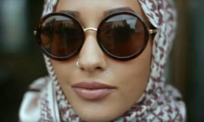 El hiyab es un pañuelo que cubre el cabello, y en ocasiones el cuello. (Foto: YouTube/ H&M)