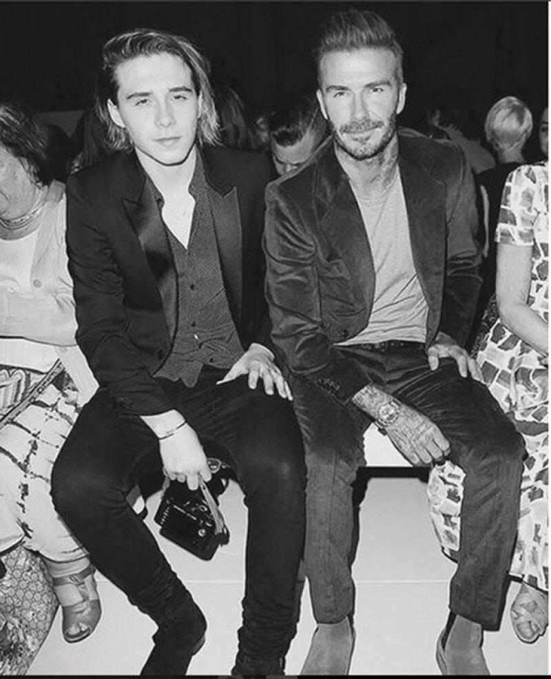 David y Brooklyn Beckham acompañaron a Victoria en su show.