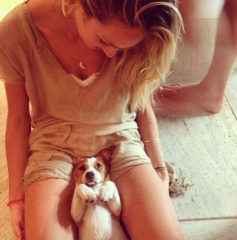 Candice con su mascota.