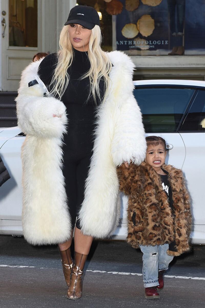 La hija de Kim Kardashian y Kanye West fue captada haciendo gestos de desagrado al ser acosada por los paparazzi mientras paseaba por NY con su mamá.