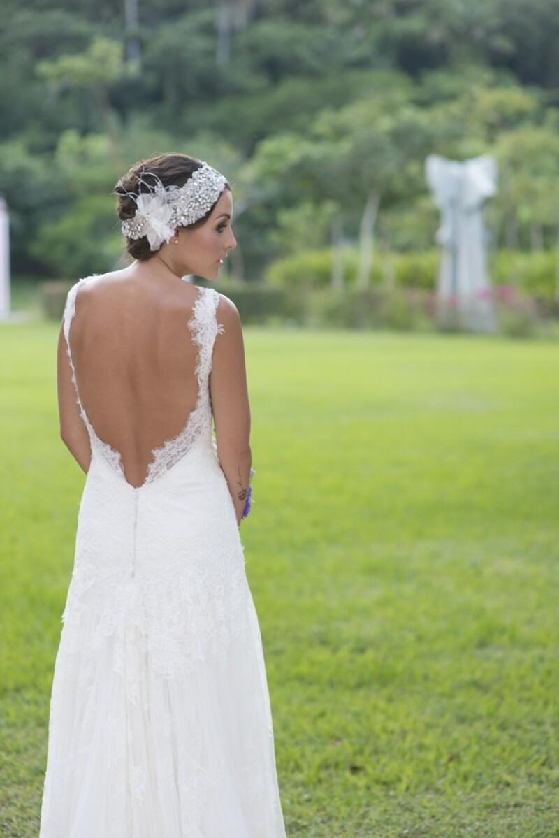 Su vestido de novia era todo de encaje y con un marcado escote en la espalda. Lució espectacular.