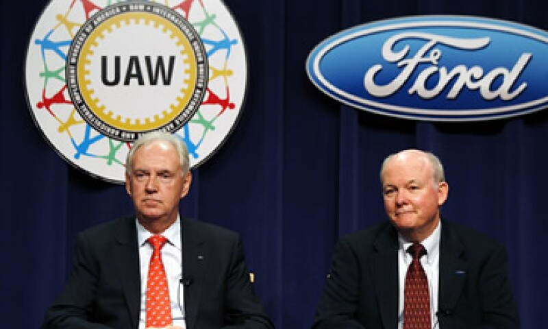 John Fleming, vicepresidente de Ford para asuntos fabriles (izquierda), dijo que la mayor parte de los nuevos empleados recibirá un salario menor que los más veteranos.  (Foto: AP)
