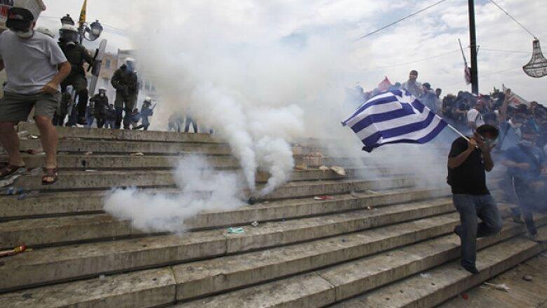 Los manifestantes habían amenazado con rodear el Parlamento para impedir el acceso a los legisladores que finalmente aprobaron recortes de gastos por 40,000 millones de dólares.