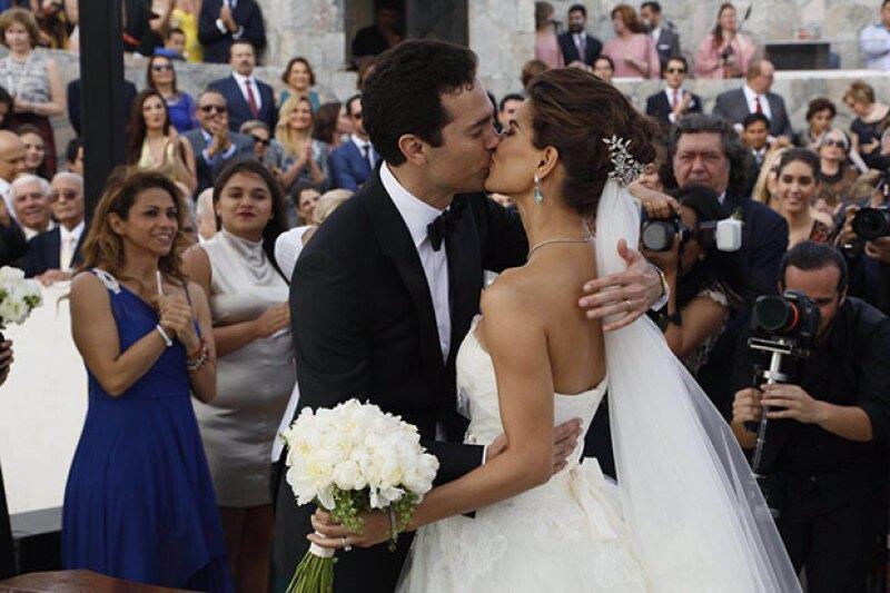 """Dos días después de su boda civil, la pareja se dio el """"sí"""" bajo la bendición de un sacerdote seguida de una gran celebración en la casa de los papás de Bárbara en Los Cabos."""