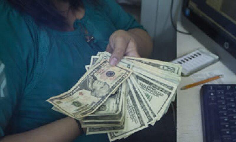 El dólar se compra en 16.85 pesos en ventanillas bancarias.  (Foto: Cuartoscuro)