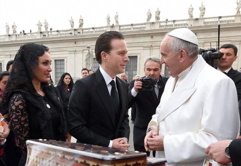 La cantante y su esposo se encuentran en el Vaticano visitando a su Santidad, y no han podido evitar compartir tan emocionante momento.
