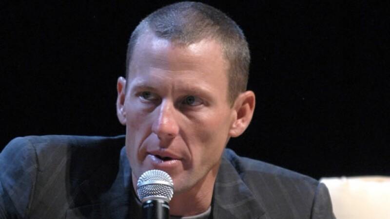 Lance Armstrong habla ante periodistas