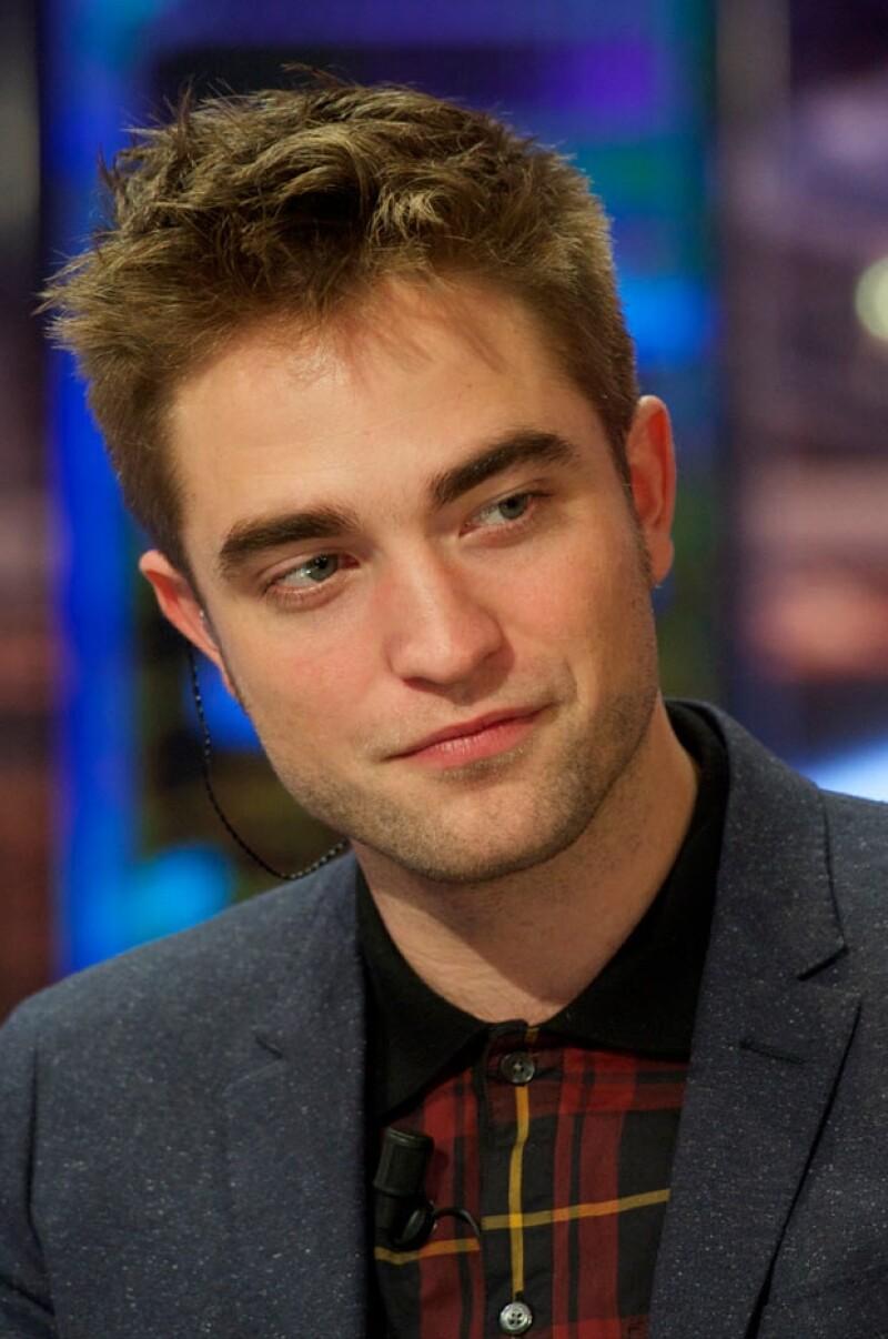 El actor otorgó una entrevista a un medio electrónico donde le cuestionaron si le gustaría ser el protagonista que ha vuelto locas a tantas mujeres, él simplemente sonrió de forma penosa.