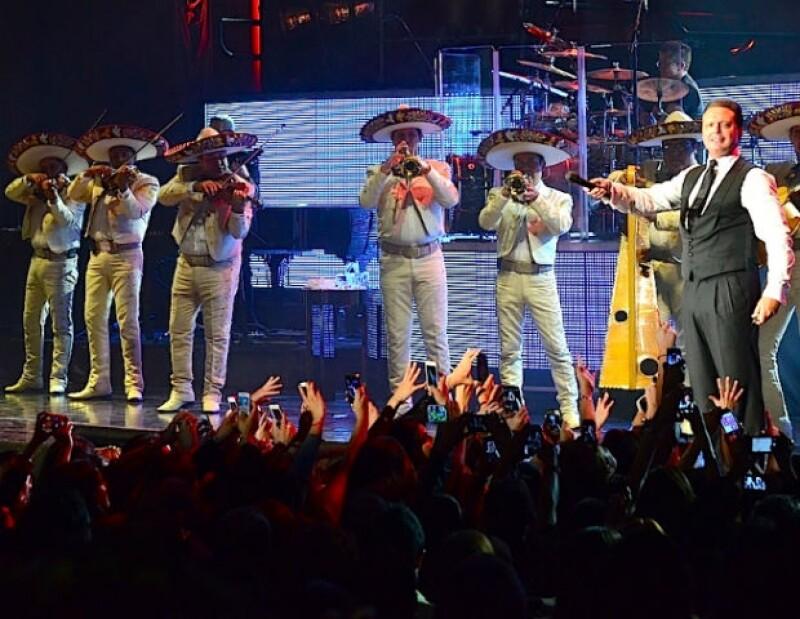 """En su primer concierto en la Ciudad de México por su gira """"The Hits Tour"""", el cantante interpretó varias de sus viejas melodías, además deseó una feliz Navidad y cantó """"Santa Claus llegó a la ciudad""""."""