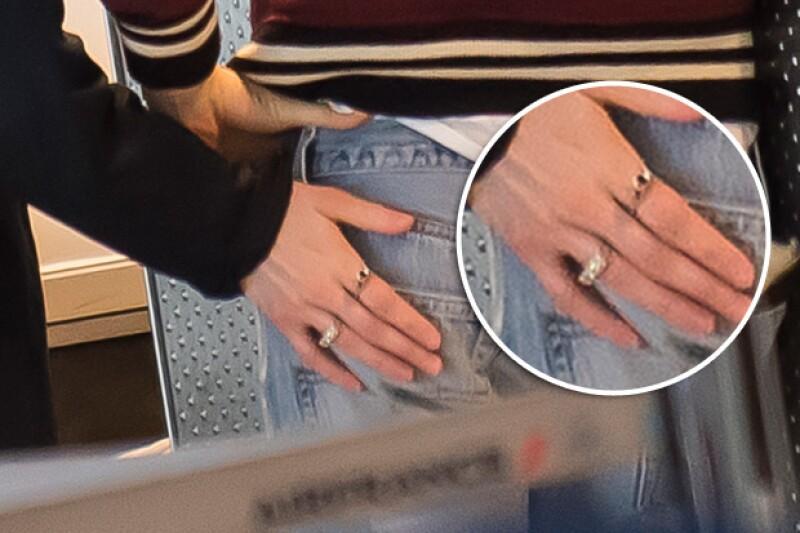 Si bien es costumbre que el anillo se use en la mano izquierda en el dedo anular, puede que la pareja adopte otra tradición, pues el impresionante anillo que St. Vincent tenía está en el dedo índice de su mano derecha.