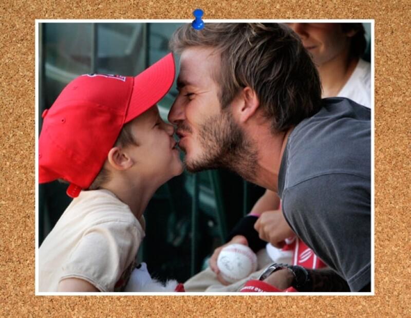 David dándole un tierno beso al pequeño Cruz.