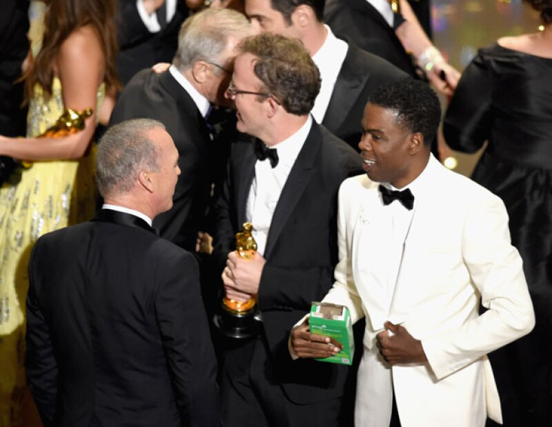 """Y la mejor película de la noche va para... """"The Rev..."""" oh, oh, la Academia se aventó un truco que no hacía desde que premió """"Crash"""", """"Spotlight"""" ganó el Oscar de Mejor Película, un premio que nadie se esperaba y menos cuando sólo había ganado la categoría de Mejor Guión Original. Eso sí, la gran ganadora de la noche fue """"Mad Max: Fury Road"""" con 6 premios Oscar."""
