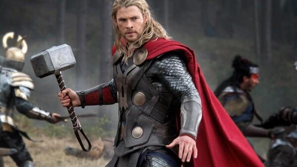 Chris Hemsworth demostró su lado menos penoso haciendo un chiste sucio sobre el superhéroe que representa en la pantalla grande. Escúchalo sin sonrojarte.