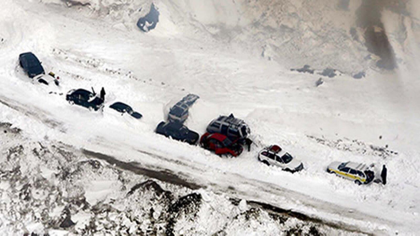 vista aerea de automoviles atrapados en avalancha de paso salang