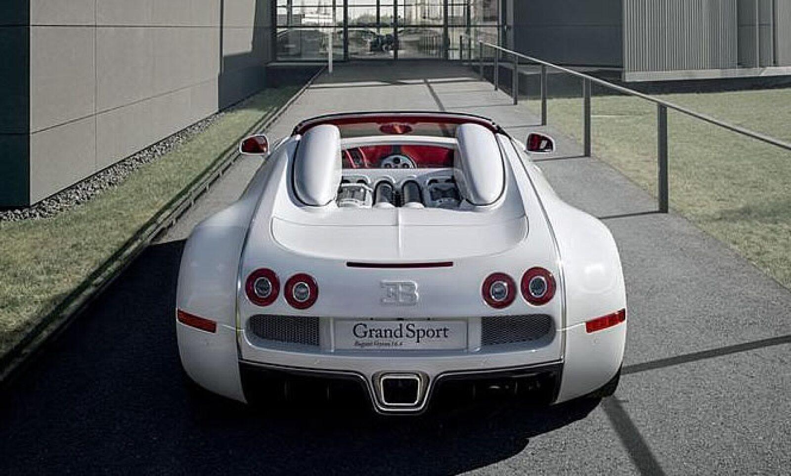 Este modelo, que emplea una carrocería en color blanco y vestiduras en rojo, fue creado en conjunto con la empresa alemana Königliche Porzellan Manufaktur.