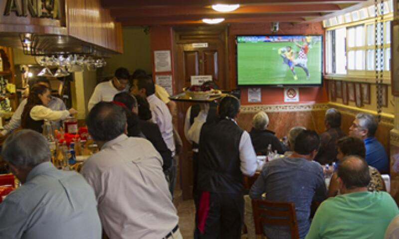 Televisa y TV Azteca registraron resultados similares de raiting en bares y restaurantes. (Foto: Cuartoscuro)