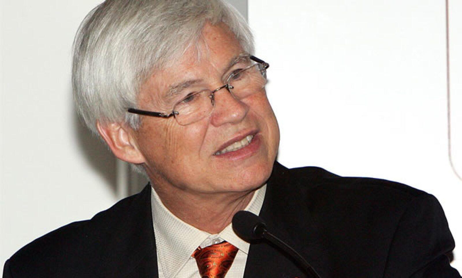 Robert Engle, premio Nobel de Economía 2003, criticó el martes 22 la creación de nuevos impuestos como medida de impulso económico en México. Sugirió flexibilizar y minimizar la reglamentación para la creación de pequeñas empresas.