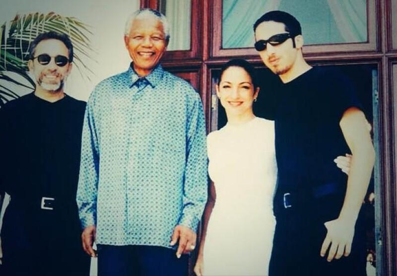 La cantante Gloria Estefan compartió esta imagen junto a Mandela y a su esposo Emilio y se pronunció agradecida de haber compartido con el líder.