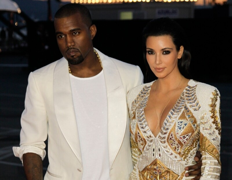 La estrella compartió una foto en donde sale probándose un vestido blanco, en contraste, se dice que su novio Kanye West ya no está tan seguro de querer casarse con ella.