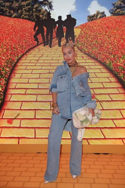 Rita Ora en un total look de mezclilla oversize con joyería chunky en la pop up store de Louis Vuitton