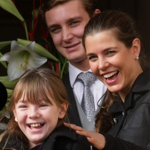 Alexandra, Pierre y Charlotte desde el balcón del palacio.