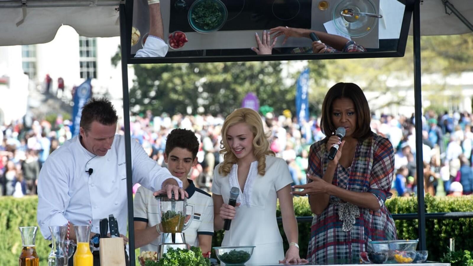 Michelle Obama habla junto con el chef Marc Murphy (izquierda) y los actores Peyton List (segundo de izquierda a derecha) y Cameron Booyce (tercera de izquierda a derecha)