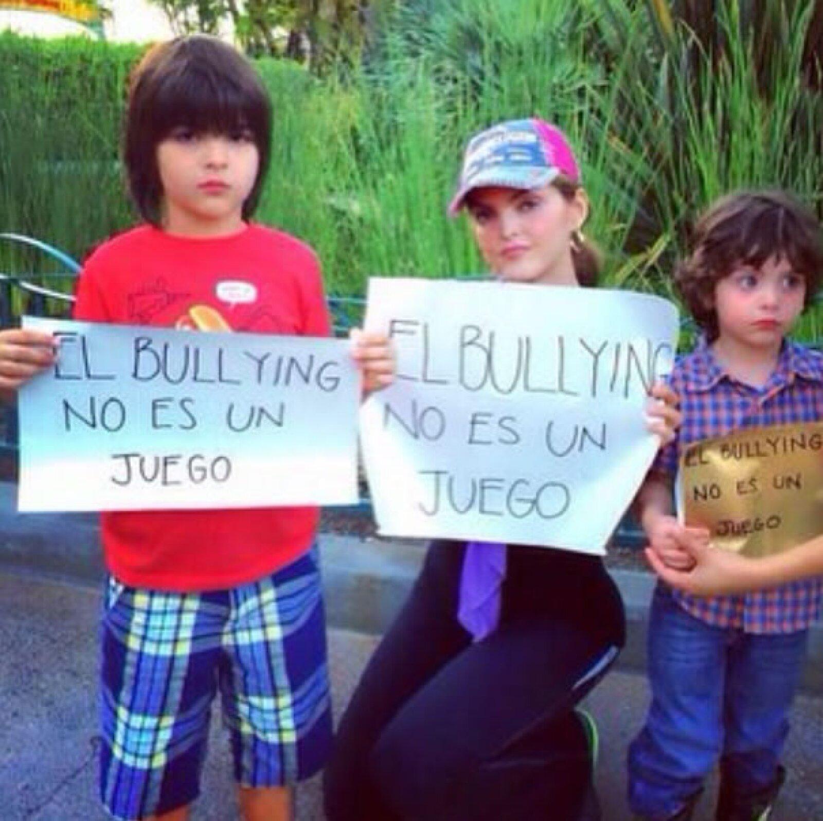 La cantante Ana Bárbara posó con sus pequeños, quienes también sostenían el cartel con la leyenda.