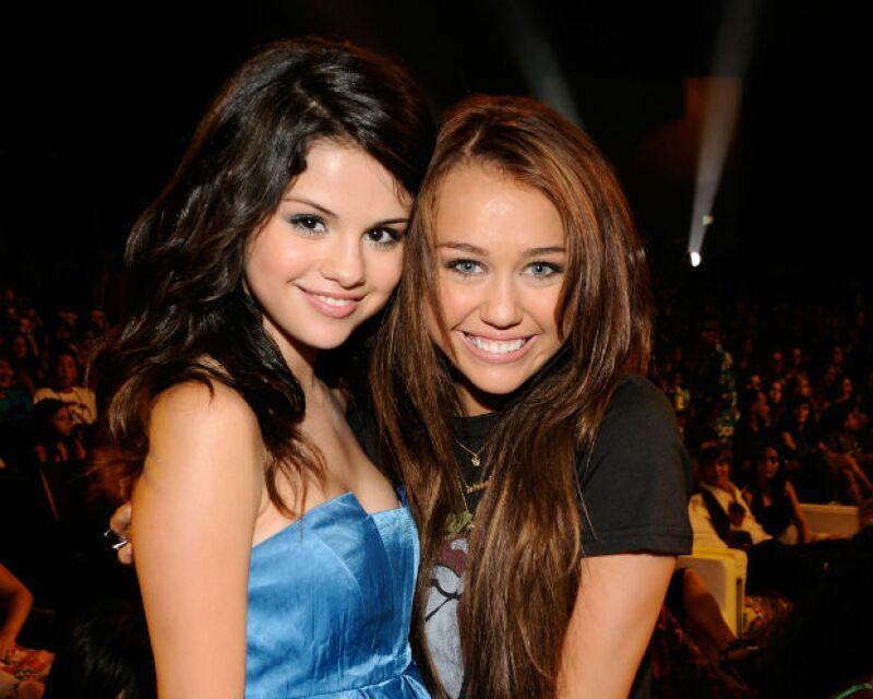 Selena y Miley, cuando eran BFF en 2008. Ahora, ambas han cambiado mucho.