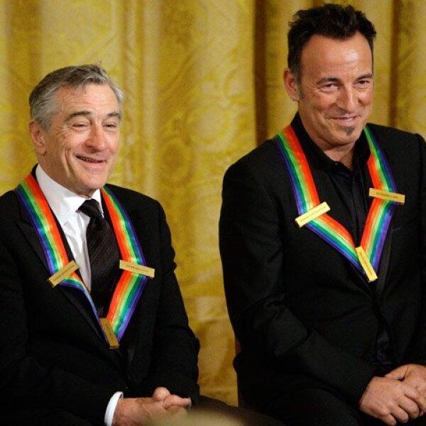 Robert De Niro y Bruce Springsteen posaron muy felices en el Salón Este de la Casa Blanca.