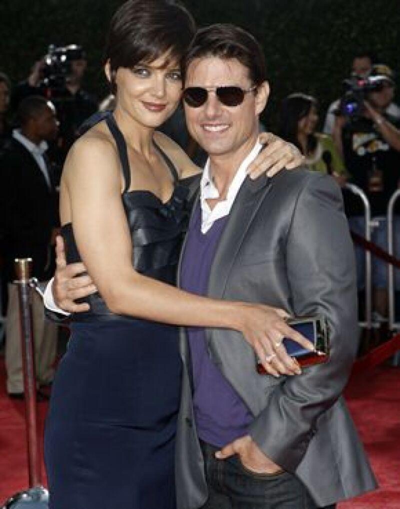 Los actores celebraron un día antes su su segundo año como esposos al lado de su hija Suri.