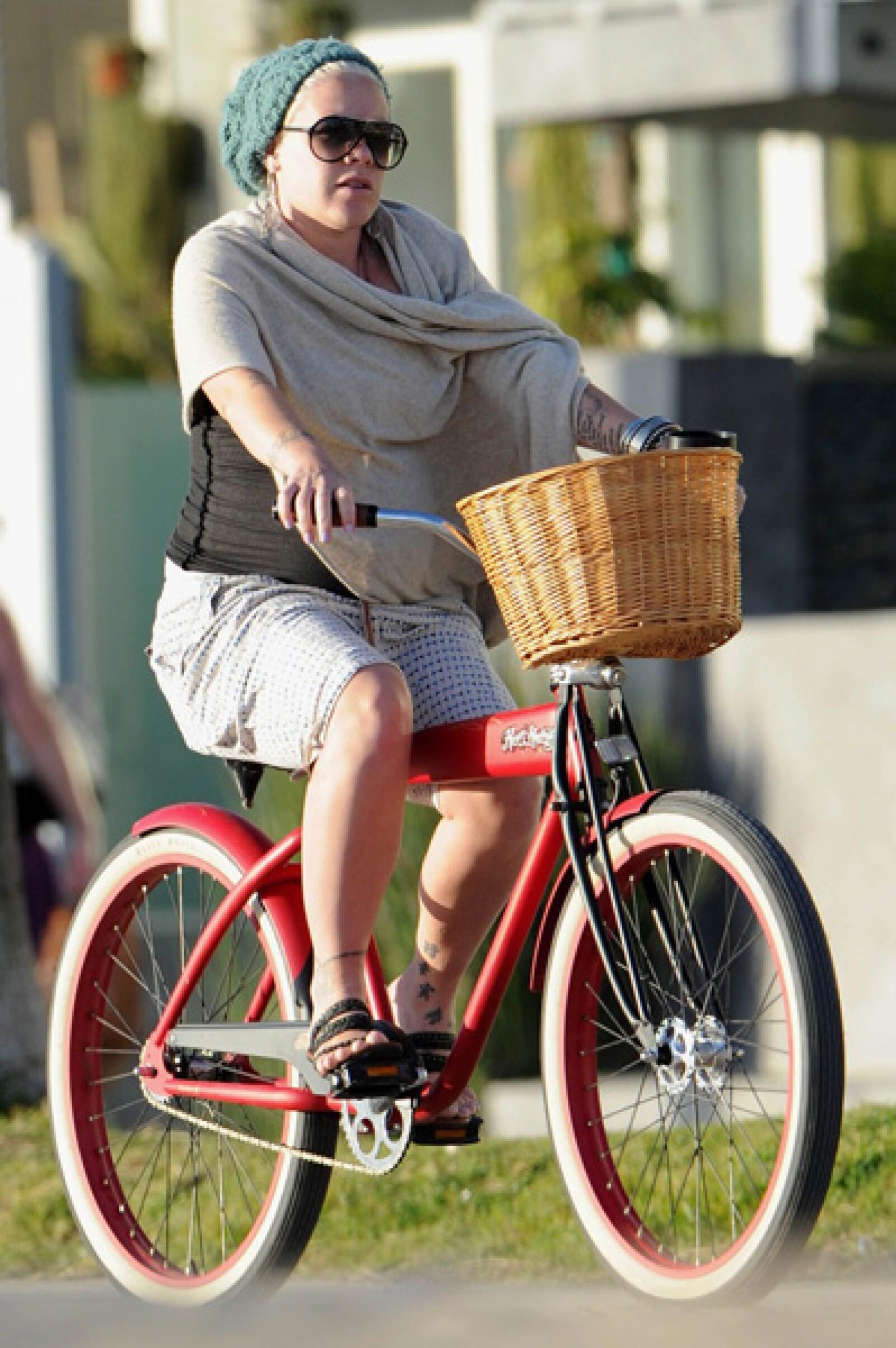 Sin importar el riesgo de caerse, Pink disfrutó de un paseo en bici a pesar de su avanzado embarazo.