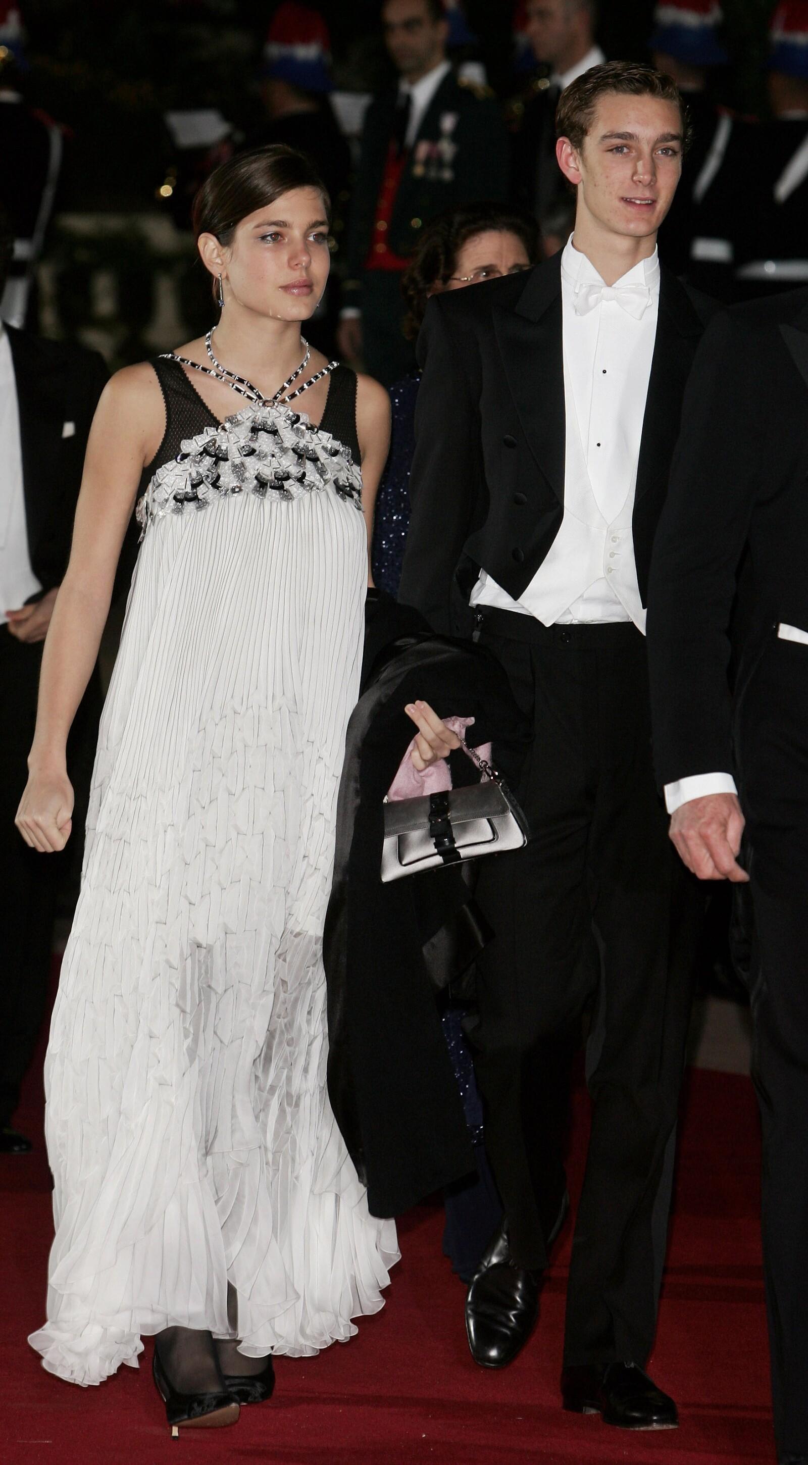 En 2005, con apenas 21 años, Carlota hacía sus primeras apariciones en galas e iniciaba con pie derecho. Aquí con su hermano Pierre en el Día Nacional de Mónaco.