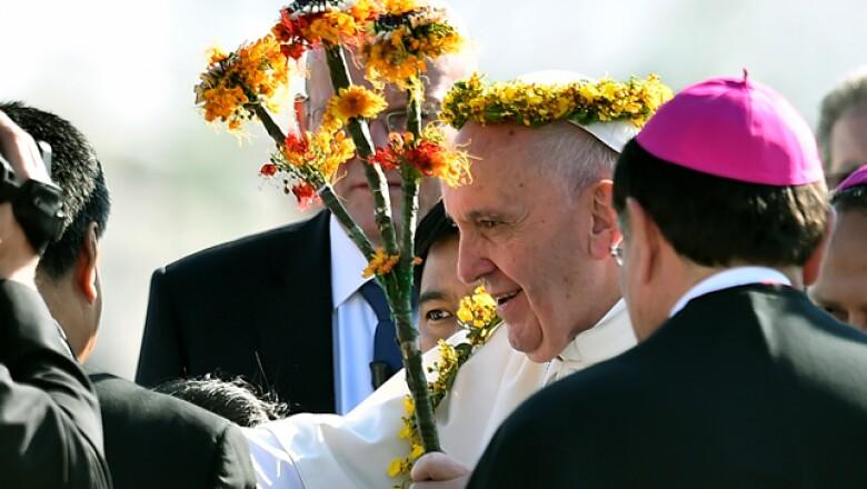 En el aeropuerto, representantes de dos comunidades indígenas le regalaron un bastón y una diadema que reconocen la autoridad del papa.