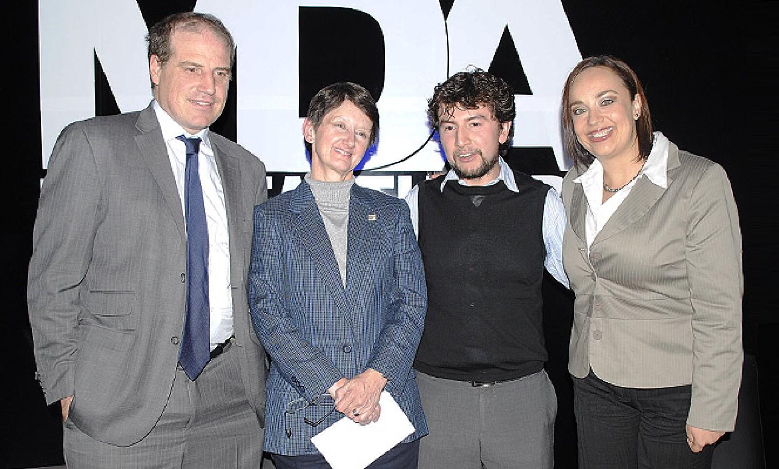 Posando para la cámara los panelistas del Manufacturero Del Año 2011