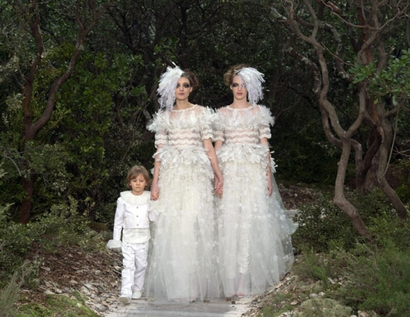 En medio de un escenario etéreo el director artístico de Chanel, Karl Lagerfeld, presentó la colección de Alta Costura correspondiente a la temporada estival 2013 de la casa francesa.