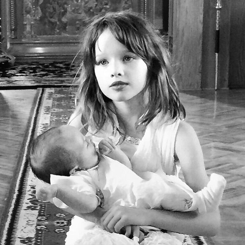 Ever Gabo sosteniendo en brazos a su hermanita Dashiel, a quien de cariño en ruso llaman `Dasha´.