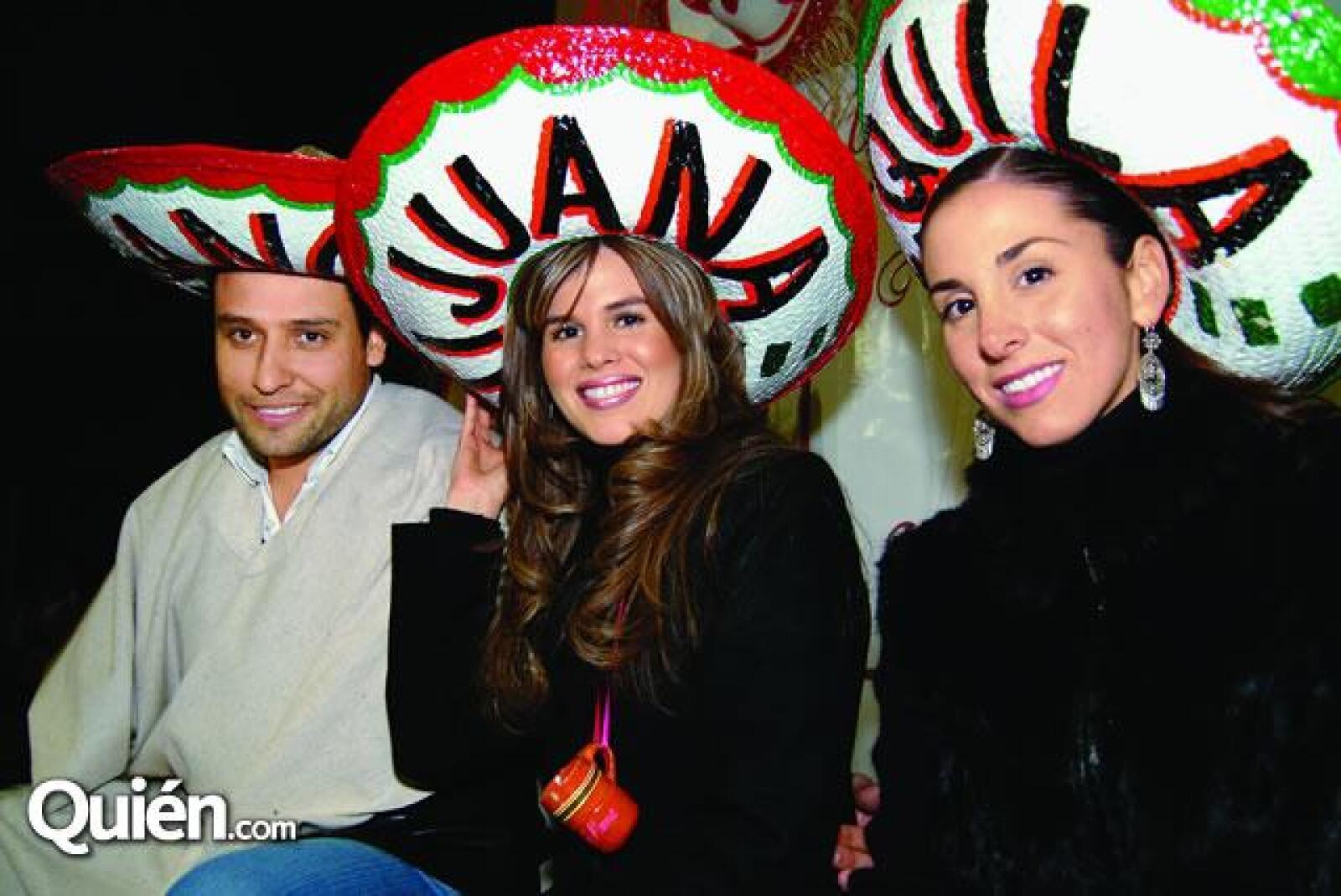 Otra de los objetivos de la Noche  Mexicana, fue mostrarle al nuevo integrante de la familia las costumbres del país. En la foto:  Javier Garay,Miriam Escobedo y Romina Bujazan