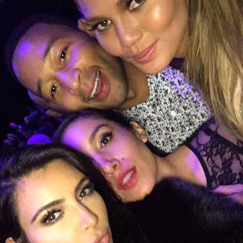 Mientras Kanye estaba en el escenario, Kim se divirtió con John Legend y la modelo Chrissy Taigen, muy amigos suyos.