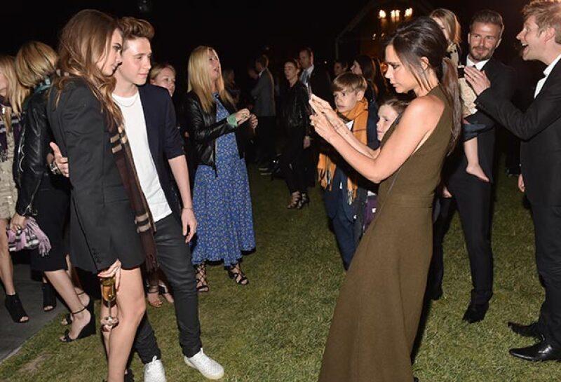 Brooklyn y Harper, hijos de los famosos David y Victoria, fueron el centro de atención de las celebridades en el desfile de Burberry realizado anoche en Los Ángeles.