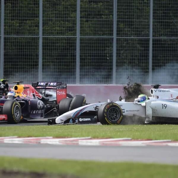 El piloto mexicano Sergio 'Checo' Pérez (auto parte posterior) no pudo terminar la carrera del Gran Premio de Canadá