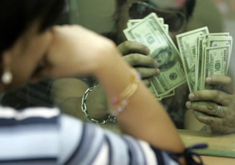 El dólar se cotiza en cerca de los 13 pesos a media jornada del viernes.  (Foto: Archivo)