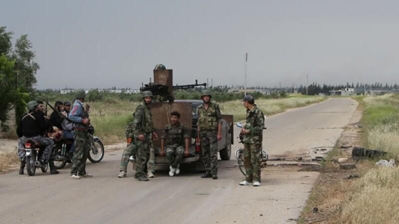 soldados sirios en un puesto de revision