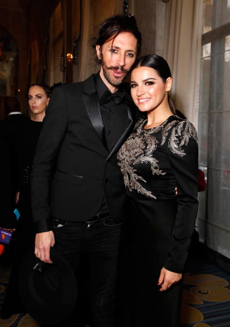La cantante posó con su novio Koko de lo más feliz en gala en Beverly Hills.
