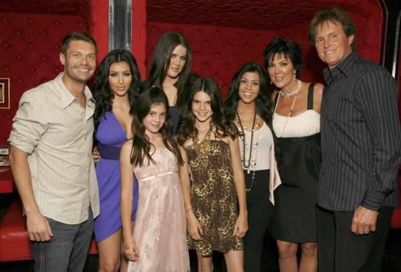 Todo el clan Kardashian-Jenner, con el productor del reality show Ryan Seacrets