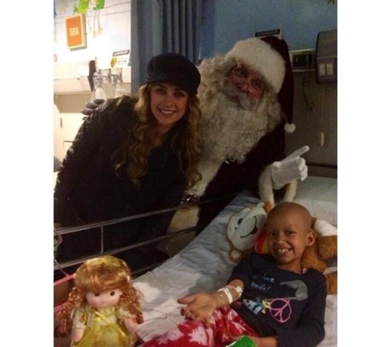 Aracely y Santa Claus con esta pequeña que día a día lucha por su recuperación en el hospital.