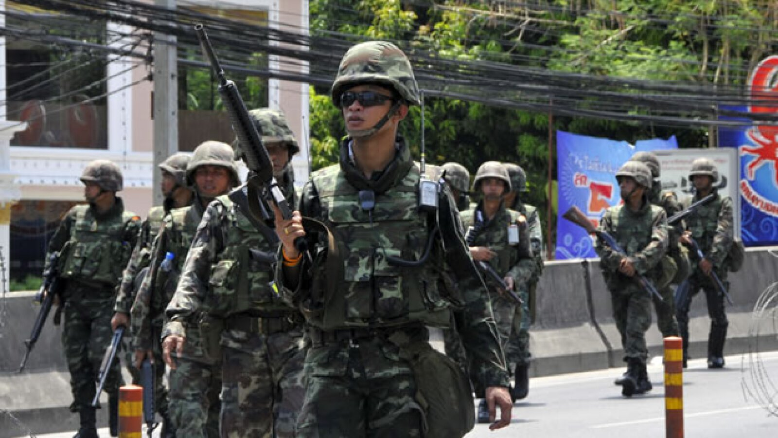 Soldados preparan posiciones